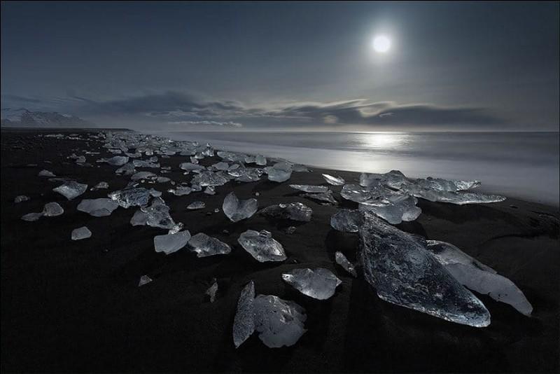 Où pourrez-vous admirer la plage insolite de sable noir et de petits icebergs du lac Jökulsárlón ?