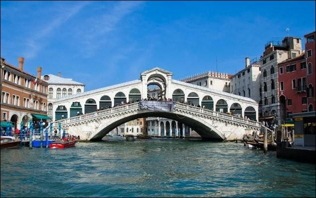 Dans quel ville, le pont du Rialto (1591) est-il sis ?