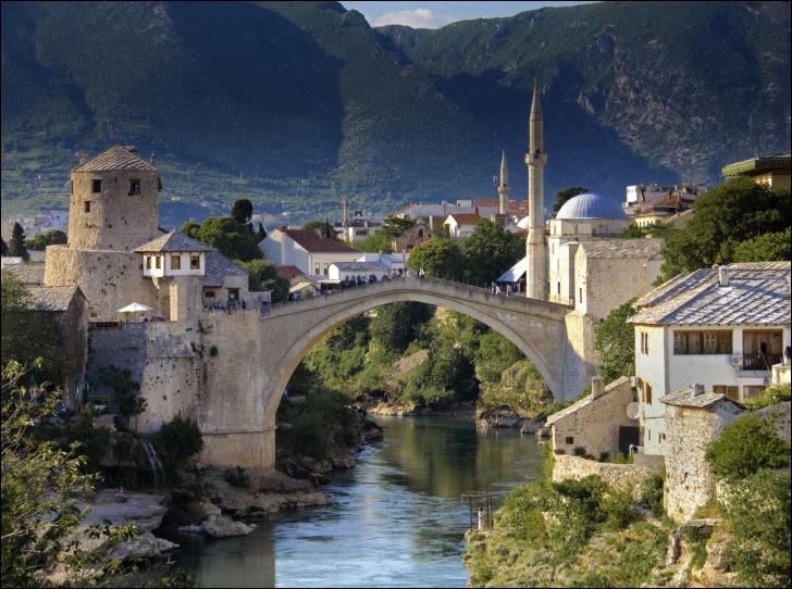 Dans quelle ville de Bosnie, le pont Stari Most (1565) est-il sis ?
