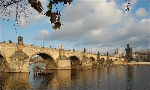 Dans quel ville, le pont Charles (1380) est-il sis ?