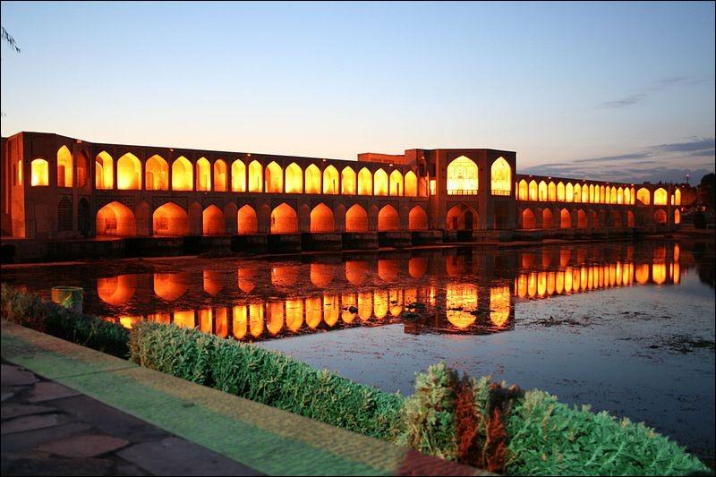 Dans quelle ville d'Iran, le pont Khaju (1650) est-il sis ?