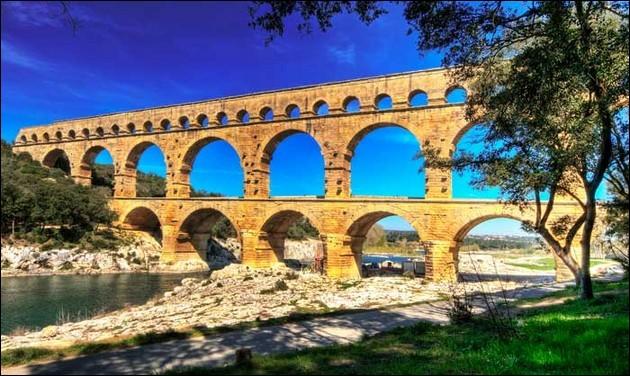 Dans quelle commune, le pont du Gard (50) est-il sis ?