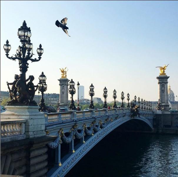 Dans quelle ville, le pont Alexandre III (1900) est-il sis ?