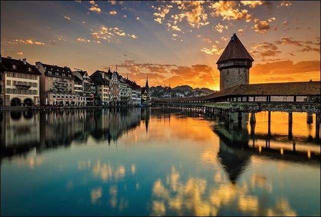 Dans quelle ville, le pont en bois couvert de Kapellbrücke (1333) est-il sis ?