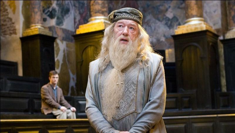 Quel acteur a le rôle du professeur Dumbledore dans les derniers films ?