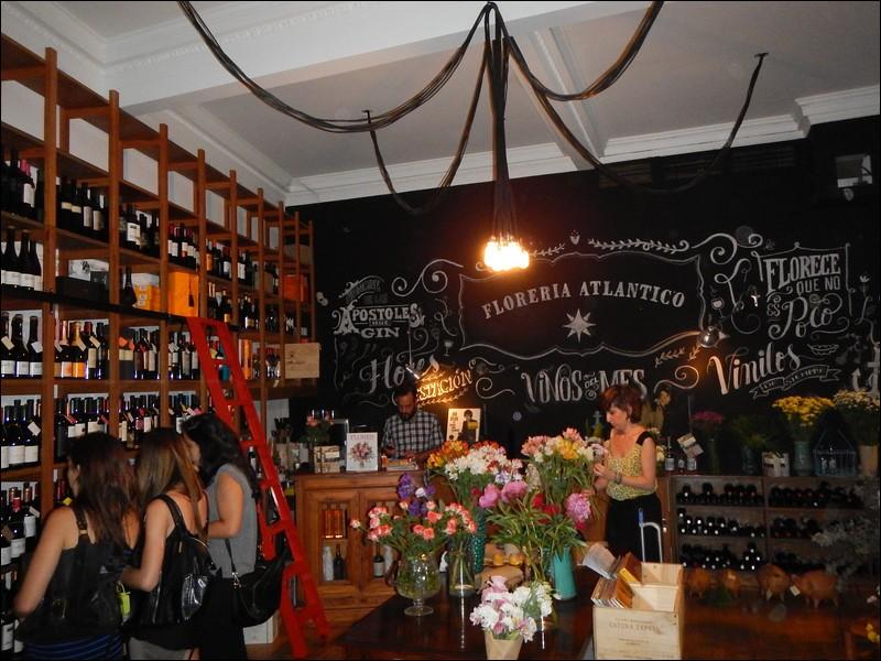 Il ne s'agit pas d'un fleuriste ou d'un bar à vin : ce n'est que l'entrée pour descendre au Florería Atlántico et retrouver une chaude ambiance dans un décor affichant de mythiques monstres marins. Au menu, on lit langues de bœuf et cuisses de grenouilles. Ne vous trompez pas, cet endroit est le seul en Amérique du Sud à entrer dans le top 30.On trouve ce bar, dans la capitale de l'Argentine :