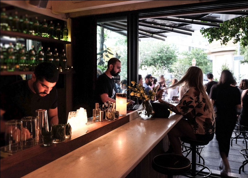 Le bar du Lost + Found, mène jusqu'au jardin patio, ce qui lui donne une ambiance tropicale : à l'intérieur, des fenêtres colorées lui conservent le style. Ajoutez les plantes, les effets de lumière et un disc-jockey et l'on succombe à la tentation d'un Dragon Kiss ou, tout simplement, d'un Patio Mojito. Ne cherchez pas la place, c'est là où est la file.Où est-on exactement ?