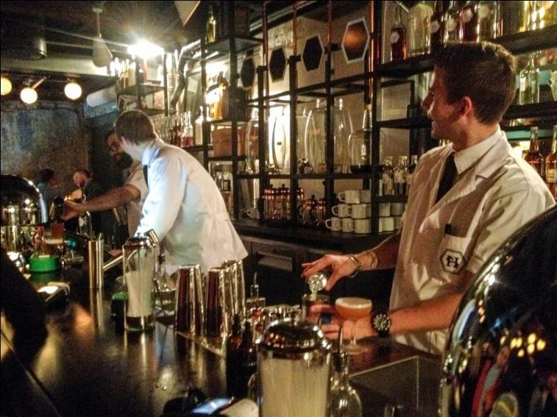 Le Himkok est comme un secret, caché mais quand vous le trouvez ''you are greeted by an interior that is an even cross between a Prohibition hideout and modern laboratory''. D'habiles barmen se fond un plaisir de vous faire essayer les produits de leur micro-brasserie de même que de bons cocktails de vodka, gin, ou quelques recettes Scandinaves. Où trouvent-on ces scientifiques du cocktail ?