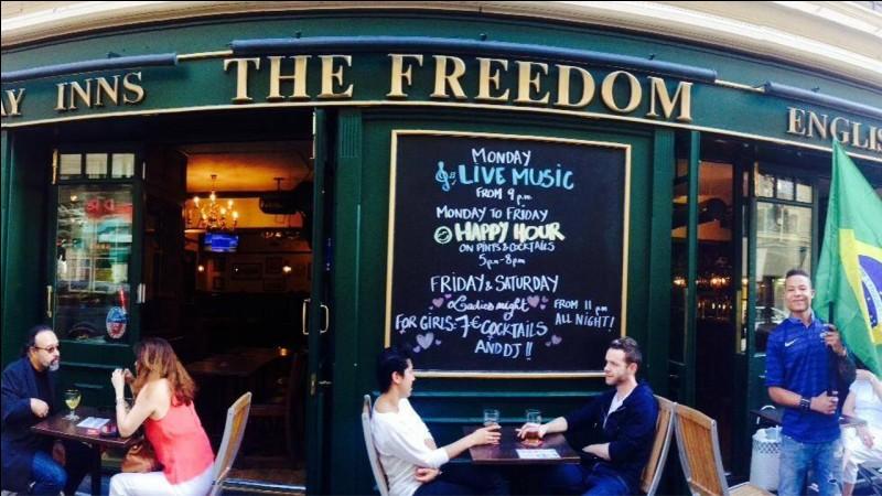 Le Fredom pub, est un ''Irish/English Pub'' typique : il est assez grand pour ne pas être enfumé. Il y a une table de billard au fond et de bonnes places en avant et dehors. C'est environ 6 euros la bière : la musique est assez forte pour en profiter et assez basse pour pouvoir discuter.Où trouver le meilleur pub du 8e, où il y a toujours de l'ambiance, surtout pendant les matchs de foot ?