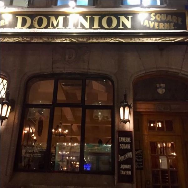 La Taverne Square Dominion est située dans le quartier des affaires, jadis le plus riche du pays. Ce bar de 1927 est bien éclairé et décoré, décontracté comme une ancienne taverne. ''The mood is trendy/smart'' et la nourriture, réconfortante. Heureusement, en 1988 la loi a révoqué l'accès exclusif aux tavernes. Où trouve-t-on cet ''English gastropub'' qui porte un nom jadis associé au nom du pays?