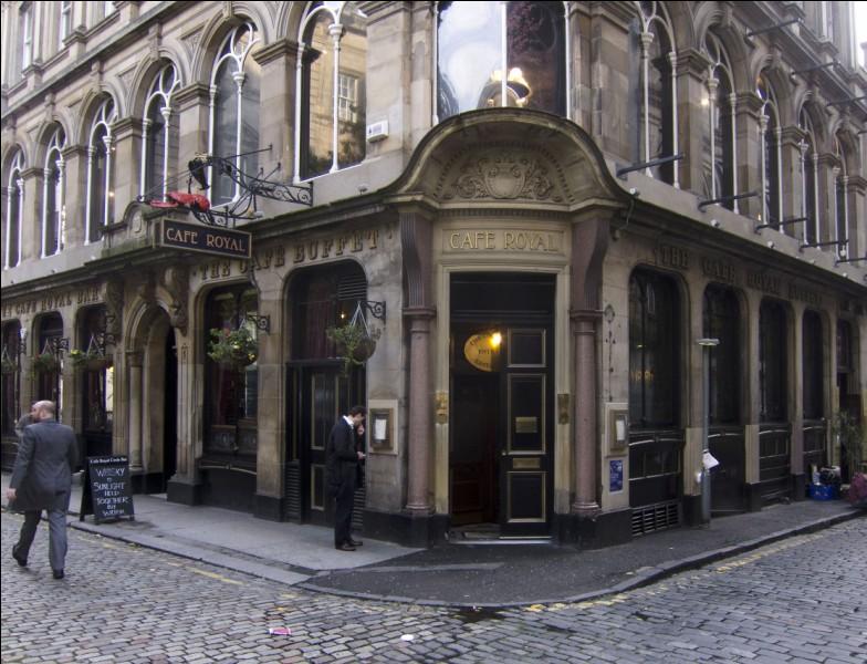 Ah ce qu'il est beau ce Café Royal Bar & Buffet et là, vous n'en voyez que l'architecture : à l'intérieur aussi c'est un superbe décor, avec des vitraux et des boiseries, avec des plafonds ornés et des peintures en céramiques datant de 1886. ''La décoration est très belle et rappelle les grandes brasseries parisiennes'' TripAdvisor.Où trouve-ton ce très bel exemple de bistrot chic ?