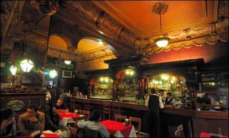 L'endroit ressemble à une cantine parisienne : on trouve le Bar La Opera, au cœur du centre. Une balle tirée par Pancho Villa est logée dans le plafond baroque à feuilles d'or. Des serveurs professionnels s'occupent de vous dans ce grand duc des bars de la capitale du tequila.Vous savez maintenant qu'on est à :