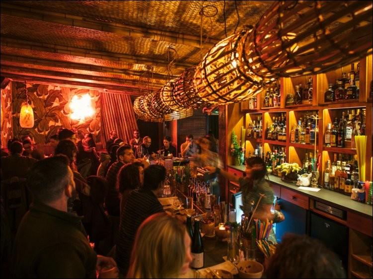 ''Lost Lake Bar'' est un ''Tiki'' bar, une imitation du ''Don's Beachcomber Cafe'', un refuge tropical dans la cité des vents, une sorte d'oasis coloré à l'atmosphère nautique. D'habiles mixologues nous préparent un tiki cocktail qui fait vacances.Où trouver cet endroit bien spécial ?