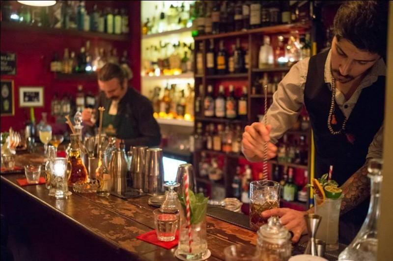 The Jerry Thomas Project, bar nommé en l'honneur du père américain de la mixologie, est un endroit un peu secret pour déguster les meilleurs cocktails de la ville éternelle. Il faut réserver sa place et apprendre un mot de passe. Le style est de la prohibition et l'ambiance est ''speakeasy'' : essayer un ''Moscow Mule'', un ''Blue Blazer' et le ''Thomas' own''.Mais pour cela, où faut-il aller ?