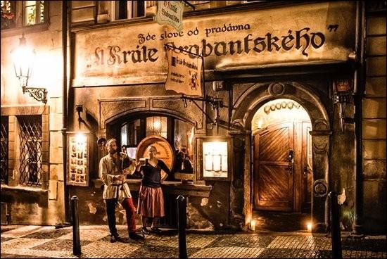 """Notre dernière halte nous amène à cette taverne médievale de 1475, nommée """"U Krále Brabantského"""", qui est située au cœur de cette belle ville, directement sous le château éponyme : elle est bien placée pour après la visite. Ici, le décors, les costumes du personnel et l'ambiance, sont d'une autre époque.N'oubliez pas de cligner sur la réponse.Merci d'avoir voyagé avec moi."""