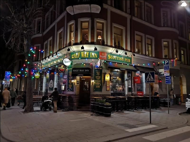 Half Way Inn : c'est le pub en ville, selon TripAdvisor, avec une bonne sélection de bières en bouteilles, à un prix décent. La bouffe n'est pas unique mais bonne et elle aussi respectueuse des bourses. Bonne atmosphère aussi avec un mélange de jeunes et vieux, des enthousiastes de bière. En hiver, c'est plein et ''warm and cozy'' puis, en été, il y a la terrasse.Pour cela, où faut-il aller ?