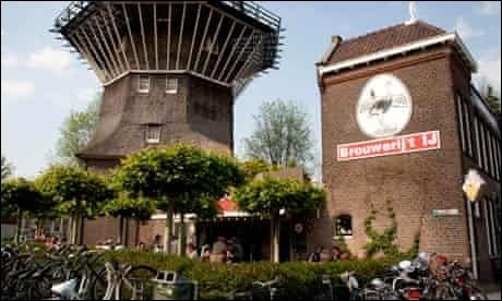 On se réfère à la Brouwerij en disant la brasserie moulin à vent : ajoutez à cela que bien des clients s'y arrêtent en vélo… Il y a quelque chose de magique à consommer dans une telle structure : on y offre aussi de la bière à haut % d'alcool. Je vous conseille de ne pas mélanger la Columbus avec la randonnée à vélo. Les habitués traitent de ''spinmilled'' ceux qui en prennent trop. Où est-on ?