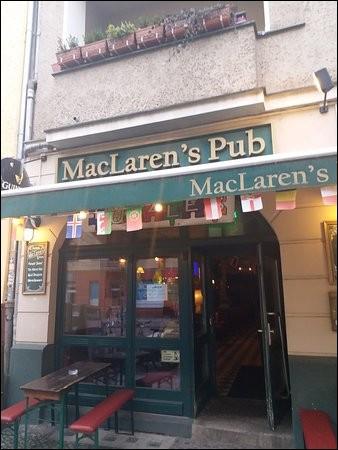 MacLaren's est un bar irlandais sympathique où la couleur dominante est le vert avec des chaises rouges. On se trouve ''à côté des fans de HIMYM, également populaire parmi les fans de Guinness, Ale et de savoureux burgers''. Les gens se réunissent également pour être vus par le public : il y a parfois du karaoké en soirée.Dans quelle ville est situé ce pub de Boxhagener Platz ?