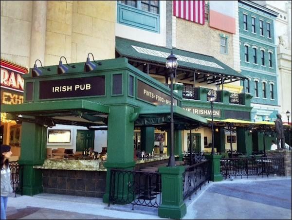 L'Irish Pub a un emplacement de choix, à côté du MGM Grand Casino et près du Tropicana. L'intérieur est vaste et a le ''grand Victorian-style''. Il est unique parce qu'équipé de portes hydrauliques donnant accès à des bars intérieurs à partir de la terrasse, sorte de patio-bar avec une vue formidable sur les beautés de la Strip. On n'a que 100 places à l'extérieur.Où est ce monde merveilleux ?