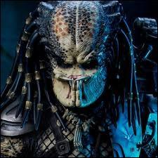 Avec ses 2,2 m, Kevin Peter Hall a surtout joué des rôles de monstre-extraterrestre, comme Predator, mais à quoi ressemble-t-il dans le civil ?