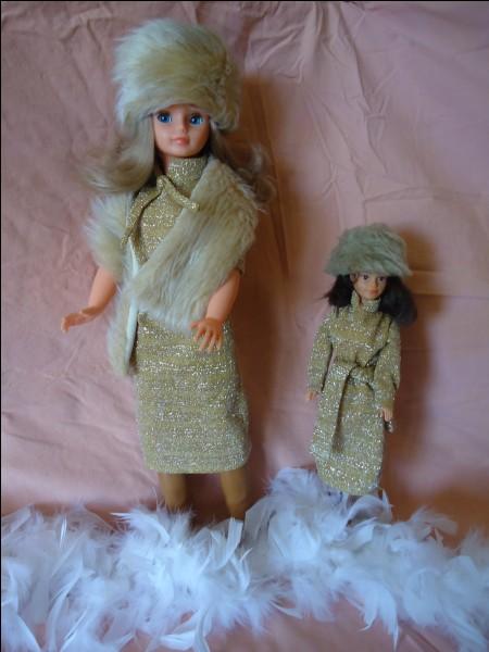 Je suis une poupée Cathie de Bella toujours élégante. Mais qui est à côté de moi ?