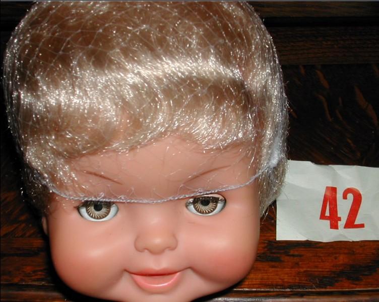 Que représente l'étiquette à côté de la tête de la poupée Bella?
