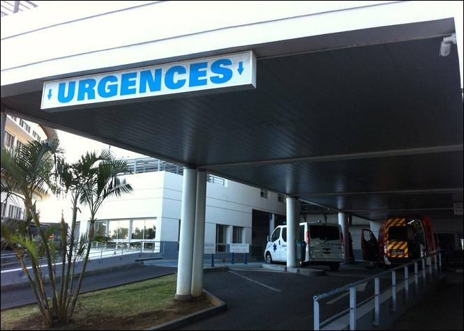 Ce véhicule, avec à son bord deux ambulanciers, arrive dans le...