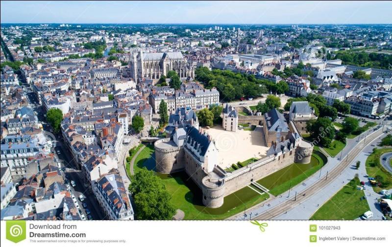 Dans quel département est située la ville de Nantes ?