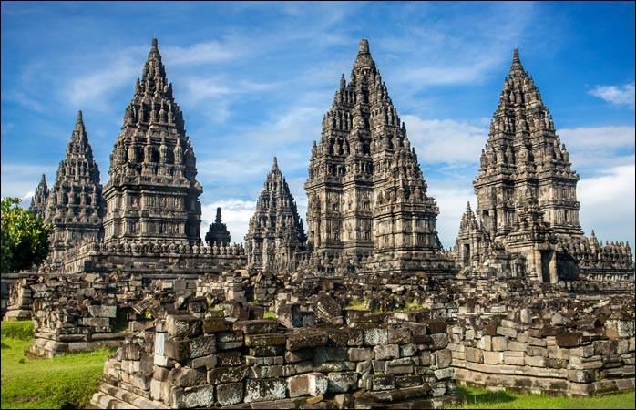 """Enfin, nous découvrons un trésor de la culture indonésienne avec les temples hindous de Prambanan, c'est plus exactement un ensemble de 240 temples construits au IXe siècle, dans lesquels on peut voir des scènes de combat entre """"le bien"""" et """"le mal"""" : où sommes-nous ?"""
