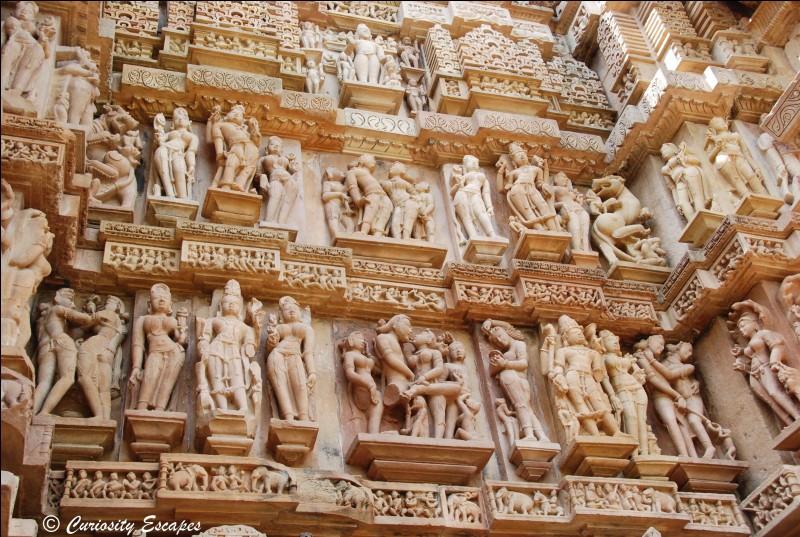 Quelle est la particularité des statues de l'ensemble monumental des temples de Khajuraho, en Inde ?