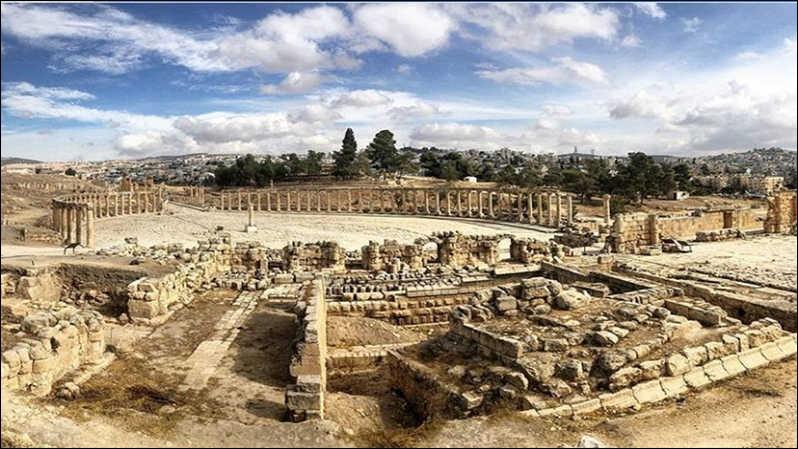 Bien qu'elle ne figure pas au patrimoine national de l'Unesco, vous prendrez plaisir à voir les vestiges de l'Arc de triomphe d'Hadrien, la place ovale entourée de colonnades de style ionique, la fontaine dédiée aux nymphes, et tant de beaux témoignages du passé : C'est la cité archéologique de Jérash :