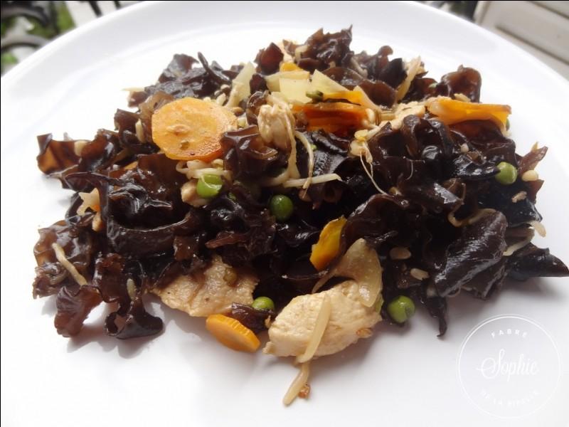 Et pour finir nous mangeons un plat asiatique, il s'agit d'un wok de poulet aux.... appelons-les par leur vrai nom !