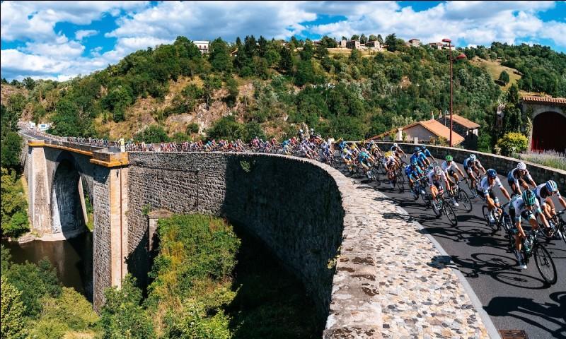 Nous sommes désormais le 14 juillet. L'étape part de Saint-Étienne pour arriver à Brioude. Le vainqueur de cette étape est Daryl Impey. Après avoir porté le maillot jaune en 2013 il décroche une belle étape sur le Tour de France. De quel pays vient ce coureur très polyvalent ?