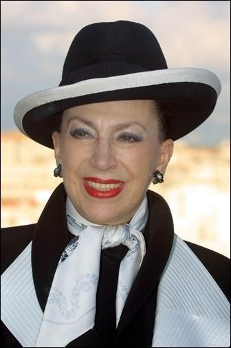 Elle chaperonne les miss France d'une main de fer sous un chapeau noir et blanc :
