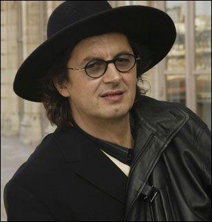Un grand chapeau noir couvre toujours la tête de ce grand Chef français :