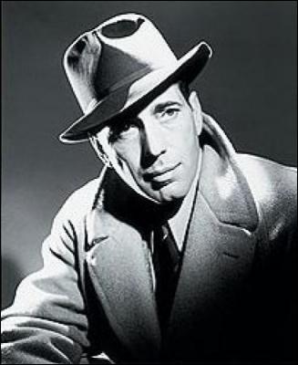 Son imperméable, et son feutre mou de détective privé, ont accompagné ce célèbre acteur américain :