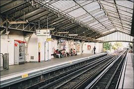 Station de la ligne 6, ''Cambronne'' doit sa dénomination à la place et à la rue du même nom, qui rendent hommage au vicomte Pierre Cambronne (1770-1842) qui fut héroïque à la bataille de Waterloo. Qu'est-ce qui ne lui est pas attribué ?
