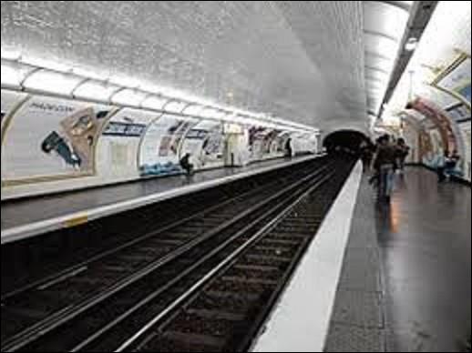 Située sur la ligne 10, la station ''Cardinal Lemoine'' fut ouverte le 26 avril 1931. Devant son nom au cardinal, évêque d'Arras, et légat du pape auprès du roi Philippe le Bel, Jean Lemoine (1250-1313) fonda en 1302 un collège qui portait son nom dont le métro traverse aujourd'hui le terrain. Qui était le pape à cette époque ?