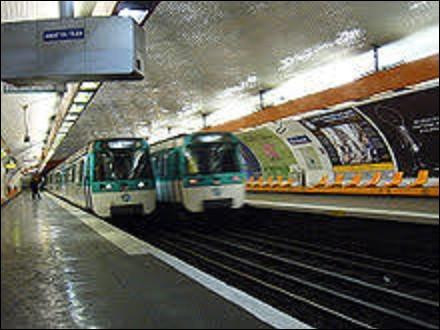 Ouverte le 27 juillet 1937 sur la ligne 8, la station ''Boucicaut'' doit son nom à une courte rue, actuelle Marguerite-Boucicaut, et à un ancien bâtiment. Lequel ?