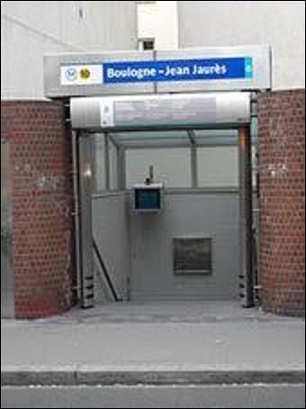 Située entre l'intersection du boulevard Jean Jaurès et celle de la rue Fessart, la station ''Boulogne - Jean Jaurès'' ouvrit ses portes le 3 octobre 1980 sur la ligne 10.Le 31 juillet 1914, alors que Jean Jaurès dîne au ''café du Croissant'', Raoul Vilain, un nationaliste, passe son bras par la fenêtre et l'abat de deux coups de revolvers. Jugé en 1919, quel sera le verdict ?