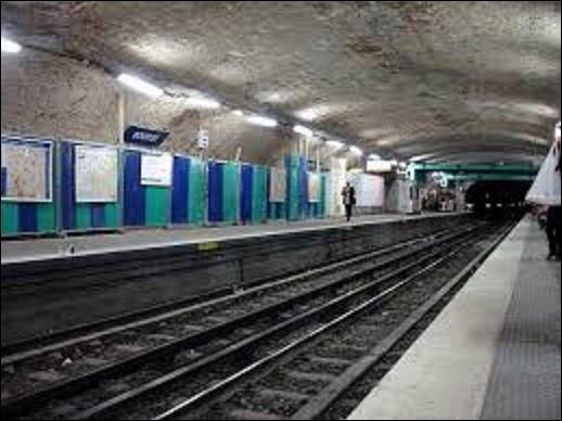 Station de la ligne 3, ''Bourse'' fut mise en service le 19 octobre 1904. Devant sa dénomination à la place du même nom dont elle assure la desserte, quel édifice est édifié à côté ?