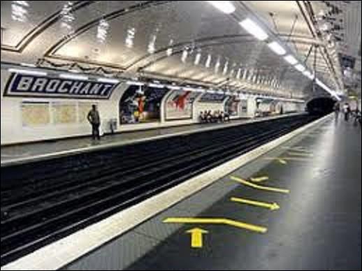 Station ouverte le 20 janvier 1912 sur la ligne 13, ''Brochant'' doit son nom à la rue dont elle est proche. Artère rendant hommage à André Brochant de Villiers (1772-1840), cet homme fut directeur de la manufacture de Saint-Gobain et membre de l'Académie des sciences. Dans quels domaines était-il un spécialiste ?