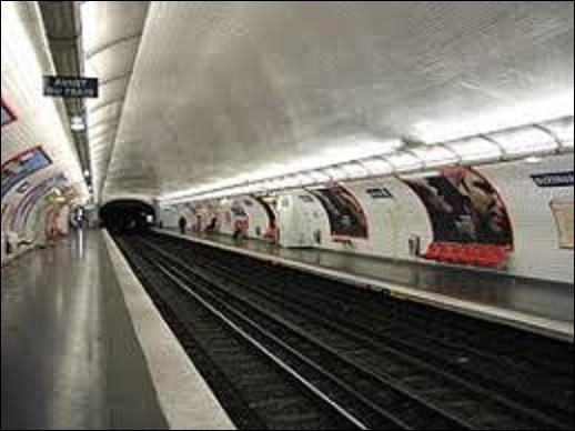 Le 10 décembre 1933 ouvre la station ''Buzenval'' sur la ligne 9. Devant son nom à la rue qui la croise en surface, elle commémore une bataille qui se déroula le 19 janvier 1871, entre les troupes de Paris et l'armée allemande durant le siège de 1870 à 1871. Qui fut le vainqueur de ce combat ?