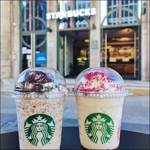 Sur cette photo, on peut voir un Frappuccino donut fraise et un Frappuccino cookies cream.