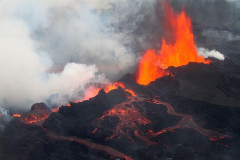 Quel pays d'Europe est parsemé de nombreux volcans en activité ?