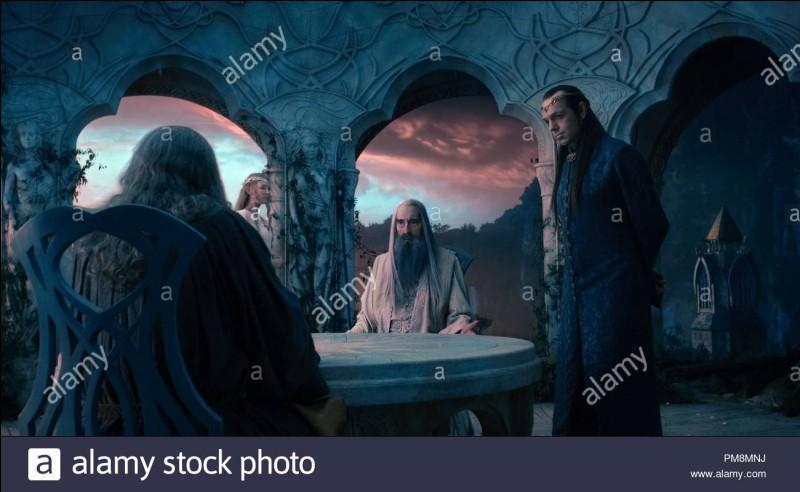 Lors de l'expédition de Frodon et de Sam Gamegie, Gandalf leur dit de l'attendre à l'auberge du Poney Fringuant, seulement, il n'est pas là. Où est-il ?
