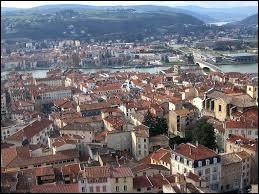 Après une ville espagnole en Auvergne-Rhône-Alpes, toujours dans la même région, voici maintenant une ville autrichienne. Nous sommes à Vienne, ville au confluent de la Gère et du Rhône et sous-préfecture de son département, elle se situe ...