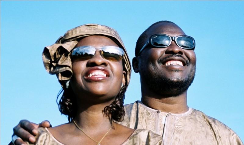 """Dans quelle ville, """"dimanche, c'est le jour de mariage"""" selon le titre de la chanson de Amadou et Mariam ?"""