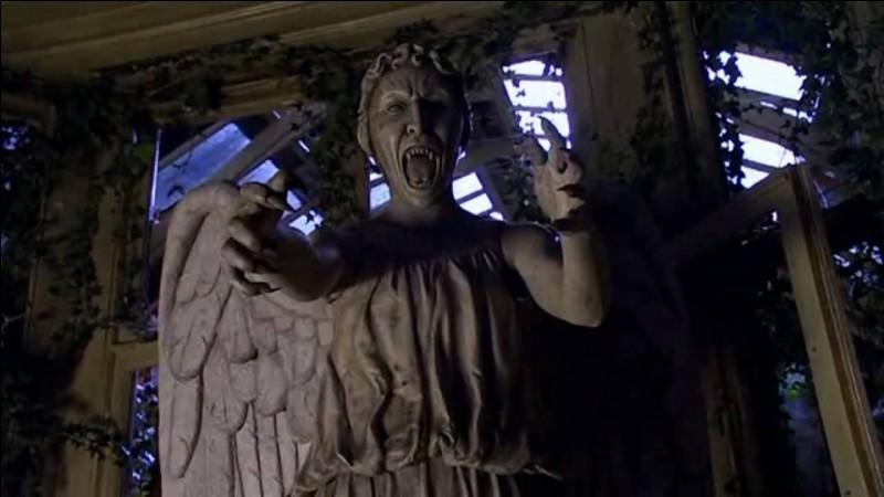 À quelle époque l'ami de Sally Sparrow, Kathy Nightingale, est-elle renvoyée après avoir été touchée par un Ange pleureur en 2007 ?