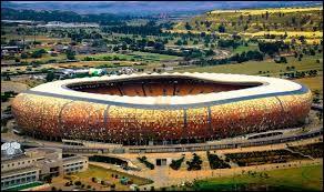 Combien y a-t-il de places au FNB Stadium ?